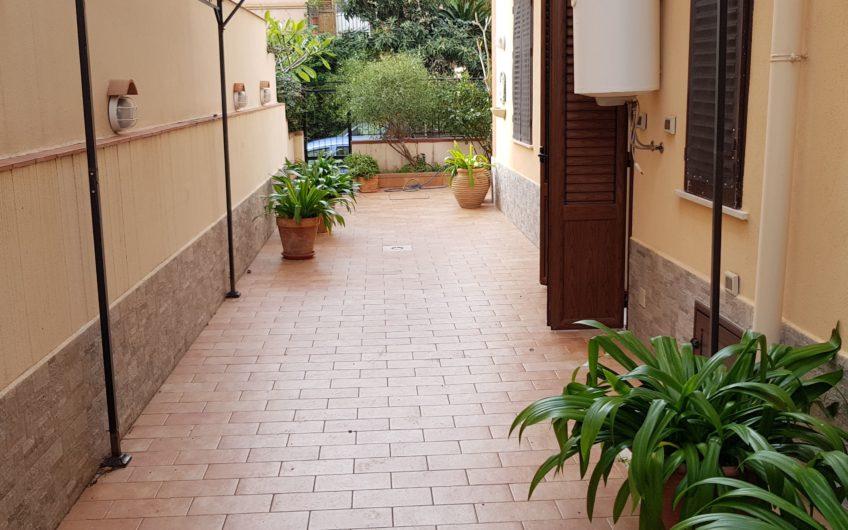 Mondello (adiacenze piazza) ampio bivani arredato